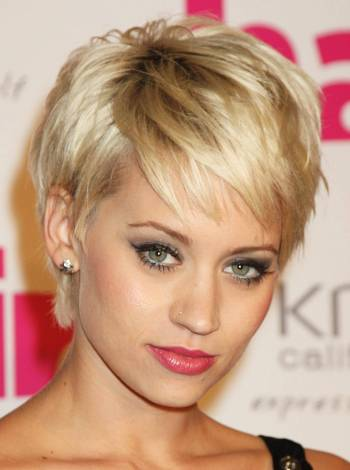 I just love this sassy, side-swept, super short hairstyle.